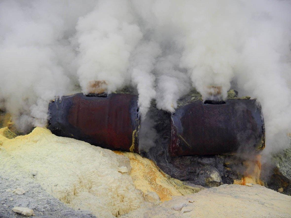 Sulfur picker in Java photographed by Serge Briez, photo Report ©Serge Briez, Cap médiations 2014