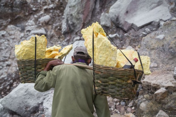 Sulfur picker in Java photographed by Serge Briez, photo Report ©Serge Briez, Cap médiations 2014