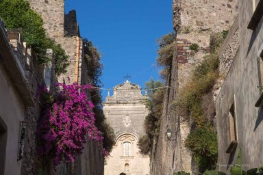 Ascent to the Basilica San Bartolomeo, Lipari photographed by Serge Briez ©2014 Cap médiations, Thera Explorer