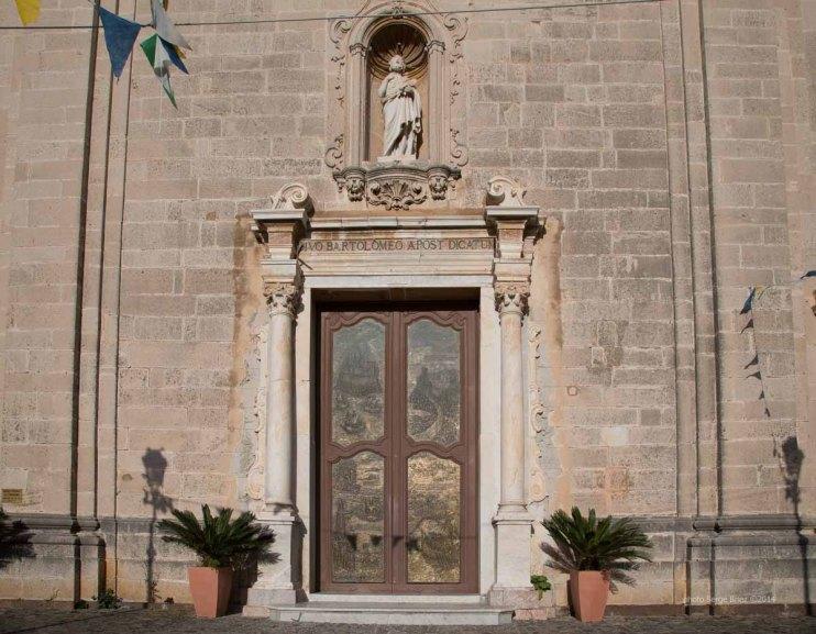 Baroque facade and bronze door to the Basilica San Bartolomeo, Lipari photographed by Serge Briez ©2014 Cap médiations, Thera Explorer