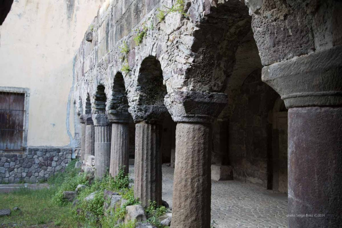 The eleventh century cloister, adjacent to the Basilica San Bartolomeo, Lipari photographed by Serge Briez ©2014 Cap médiations, Thera Explorer