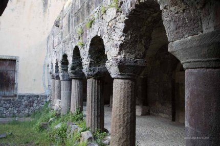 The eleventh century cloister, adjacent to the Basilica San Bartolomeo, Lipari photographed by Serge Briez ©2014 Cap médiations, Thera Explorer