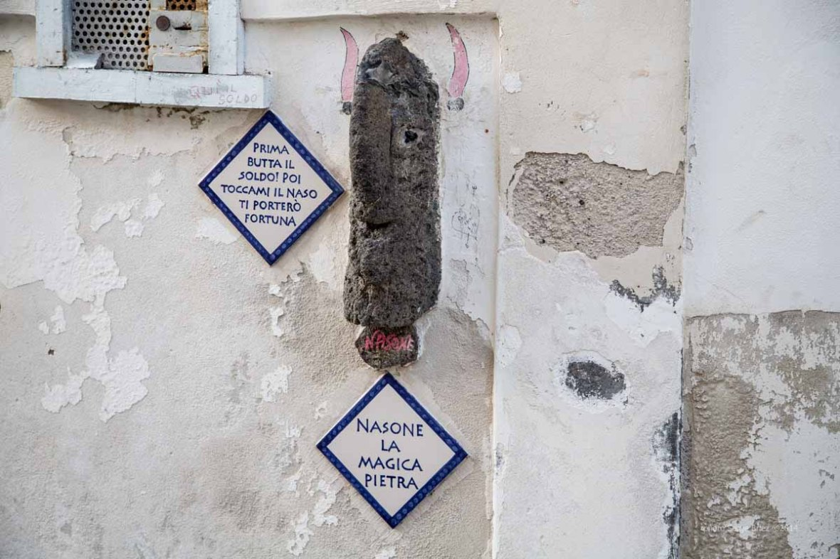 Sculpture volcanic stone on the walls of Lipari's houses photographed by Serge Briez ©2014 Cap médiations, Thera Explorer