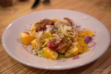 """Orange salad with sweet onions, basil and olive oil at """"Do Scogghiu"""" Via Domenico Scinà, 11, Syracuse photographed by Serge Briez ©2014 Cap médiations, Thera Explorer"""