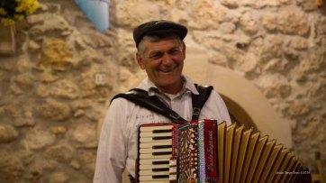 "Street musician singing romantic Italian songs in The spaghetteria ""Do Scogghiu"" Ortigia Island, Syracuse photographed by Serge Briez ©2014 Cap médiations, Thera Explorer"