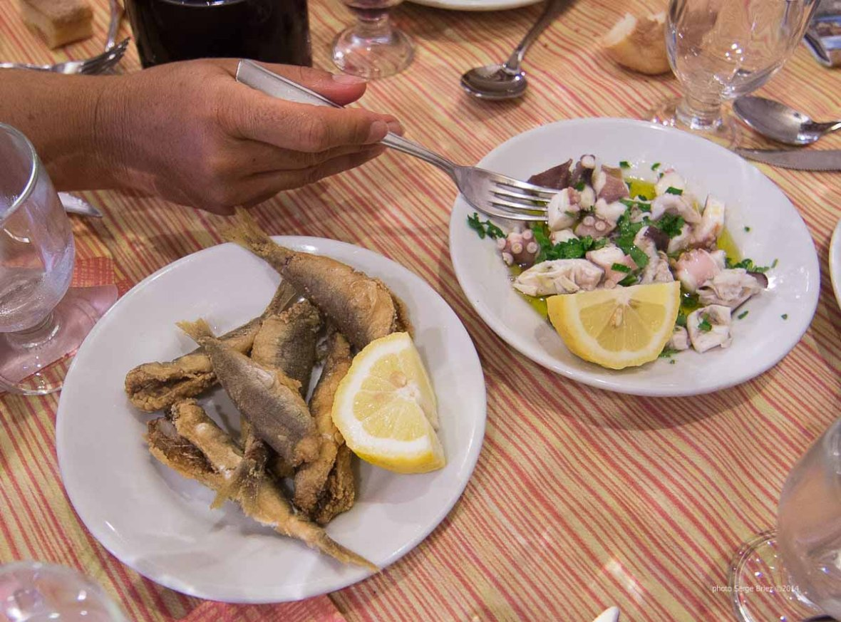 """Fried fish and octopus in spaghetteria """"Do Scogghiu"""" Ortigia Island, Syracuse photographed by Serge Briez ©2014 Cap médiations, Thera Explorer"""