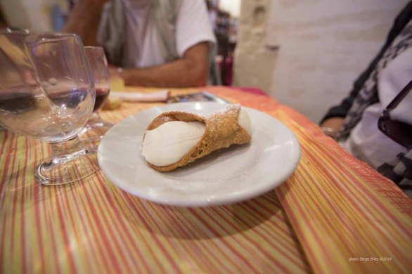 Cannoli, a specialty of Sicily, Syracuse photographed by Serge Briez ©2014 Cap médiations, Thera Explorer