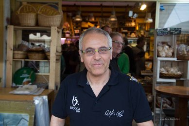 Alfio Neri, pastry chef preparing cannoli in front of delicatessen Fratelli Burgio, Piazza Battisti, Syracuse photographed by Serge Briez ©2014 Cap médiations, Thera Explorer