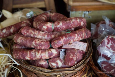 Sausages with fennel, white wine and pepper, delicatessen Fratelli Burgio, Piazza Battisti, Syracuse photographed by Serge Briez ©2014 Cap médiations, Thera Explorer