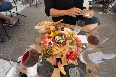 Platter of fresh products by Fratelli Burgio, enjoyed on the Piazza Battisti, Syracuse, photographed by Serge Briez ©2014 Cap médiations, Thera Explorer