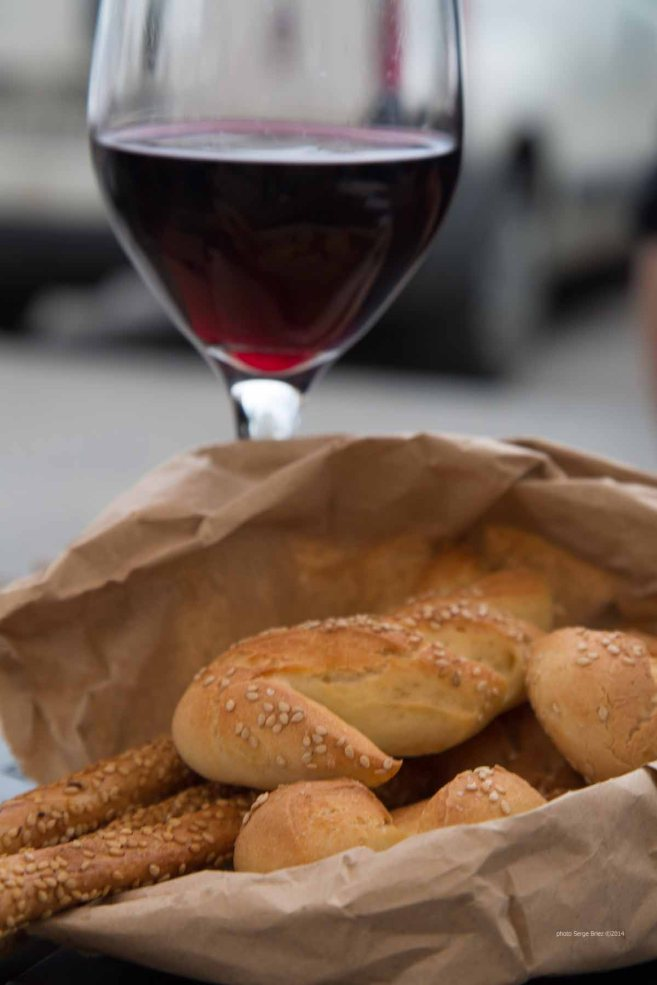 Wine, bread and breadsticks to wait before the platter of fresh selected products by Fratelli Burgio, enjoyed on the Piazza Battisti, Syracuse, photographed by Serge Briez ©2014 Cap médiations, Thera Explorer