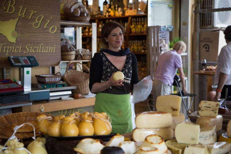 Cheeses, meats and salads in front of delicatessen food Fratelli Burgio, Piazza Battisti, Syracuse photographed by Serge Briez ©2014 Cap médiations, Thera Explorer