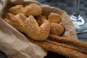 Bread and breadsticks to wait before the platter of fresh selected products by Fratelli Burgio, enjoyed on the Piazza Battisti, Syracuse, photographed by Serge Briez ©2014 Cap médiations, Thera Explorer