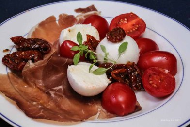 Buffala mozzarella, dried tomatoes in olive oil, olives, fresh tomatoes, bresaola, prosciutto and basil, tasted and Bonifacio with the products of Syracuse photographed by Serge Briez ©2014 Cap médiations, Thera Explorer