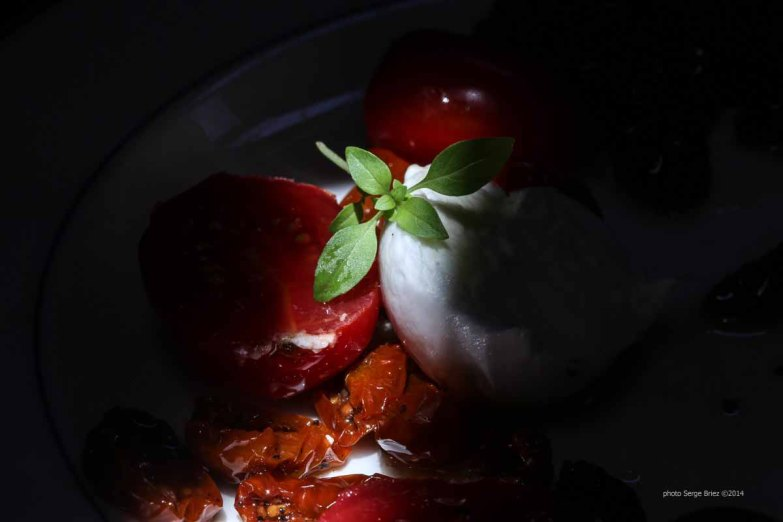 Buffala mozzarella, dried tomatoes in olive oil, fresh tomatoes and basil, tasted and Bonifacio with the products of Syracuse photographed by Serge Briez ©2014 Cap médiations, Thera Explorer