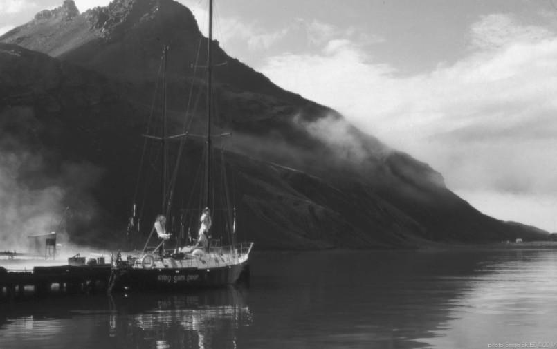"""""""Cinq gars pour"""" boat in Leith harbour Falklands"""