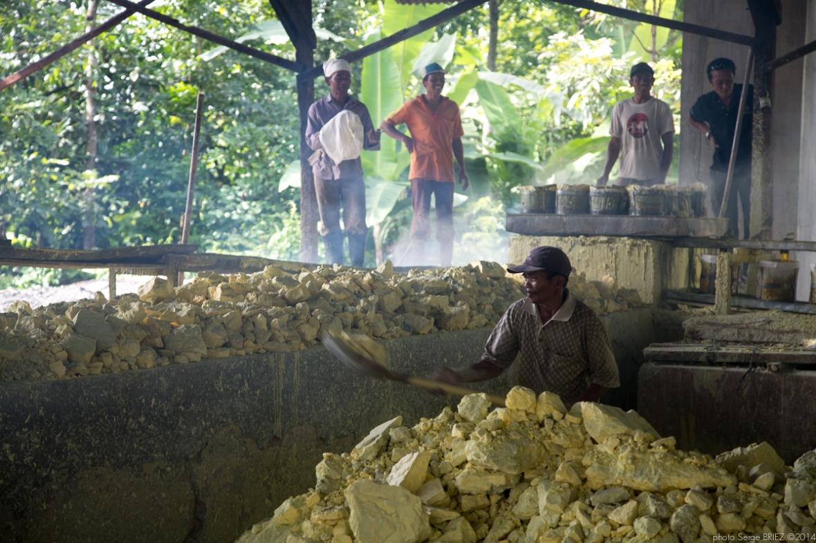 Sulfur's workers photographed by Serge Briez ©Serge Briez, Cap médiations