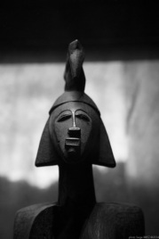 Female statuette anthropomorphic, Ivory coast, Primitive art,in museum quai Branly photographed by Serge Briez, ©2014 Cap médiations