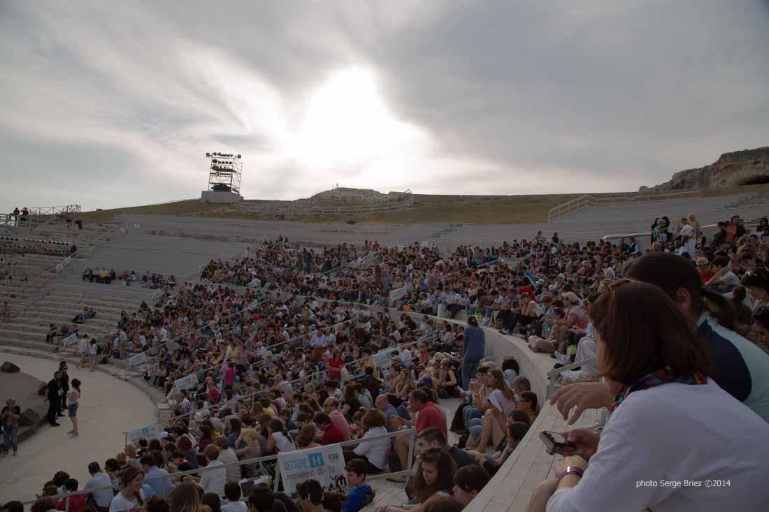 """Spectators implementation in thé teatro gréco for thé show """"Thé Vespe"""" of Aristofane photographed by Serge Briez ©2014 Cap médiations, Thera Explorer"""